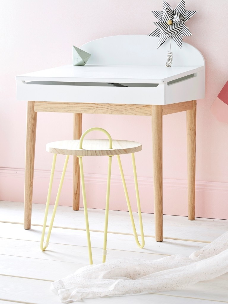 Kid's desk with natural wood legs