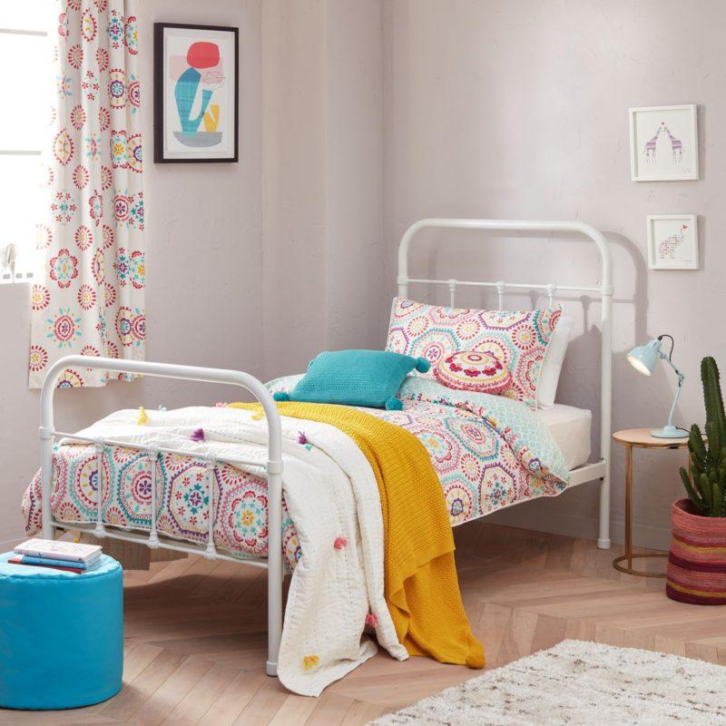 Duvet set with bold floral patterns
