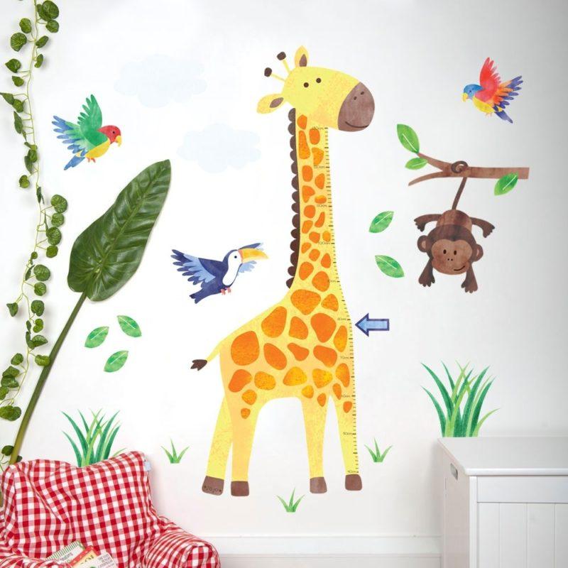 Giraffe-themed wall sticker
