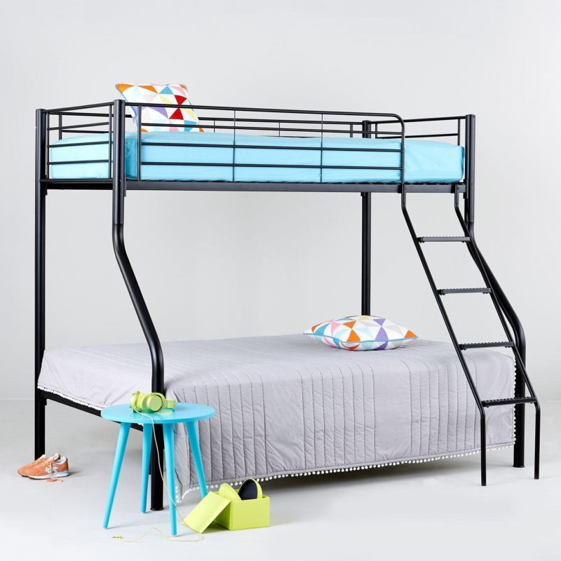 Triple sleeper with black metal frame