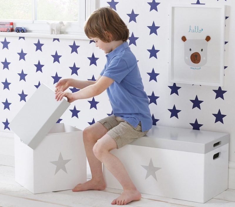 Kid's storage stools with grey lid and grey star motif