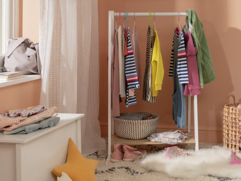 Kid's dressing rail