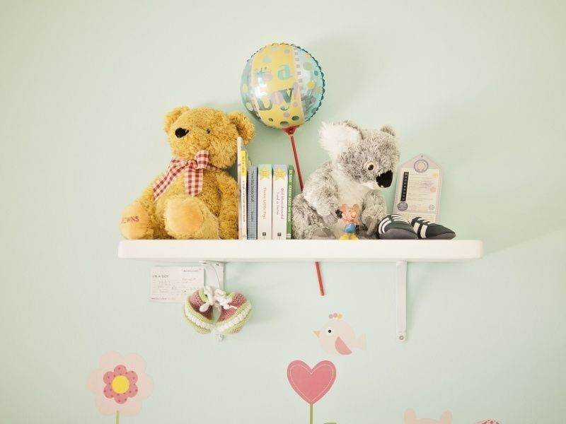 Nursery wall shelf with teddy bear